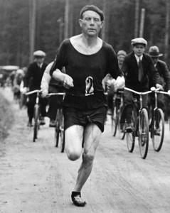 Paavo_Nurmi_runs_marathon_in_1932